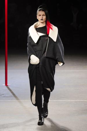 Показ Yohji Yamamoto коллекции сезона Осень-зима 2012-2013 года Prêt-à-porter - www.elle.ru - Подиум - фото 377799