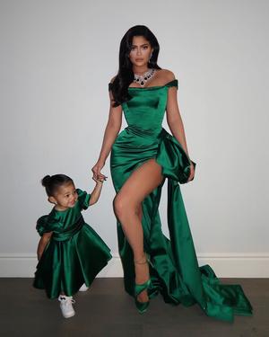 Рождество на двоих: Кайли Дженнер с дочерью Сторми в изумрудных платьях Ralph & Russo (фото 1.1)