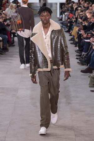 Показ Louis Vuitton коллекции сезона Осень-зима 2017-2018 года Men prêt-à-porter - www.elle.ru - Подиум - фото 615390