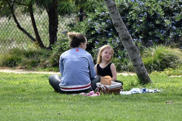 Маленькие радости: Оливия Уайльд устроила для дочери пикник (фото 3)