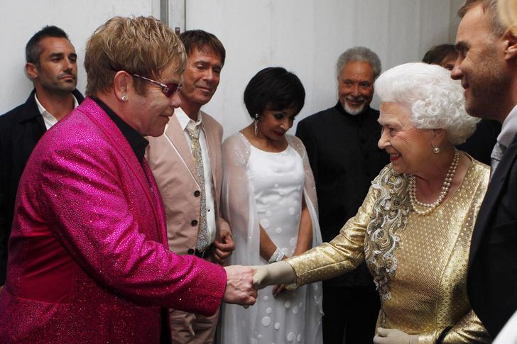 Что звезды надевали на встречу с королевой Елизаветой II? (фото 44)