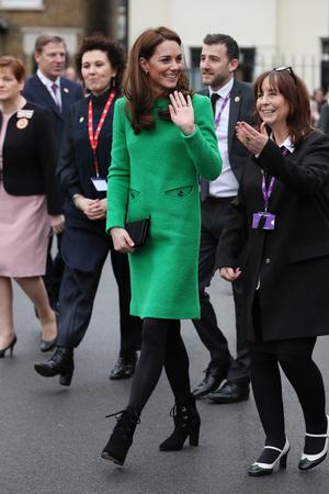 Ее Высочество в зеленом: Кейт Миддлтон в платье цвета лайма и черных ботильонах (фото 2)