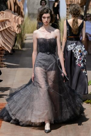 Показ Dior Haute Couture коллекции сезона Осень-зима 2017-2018 года Haute couture - www.elle.ru - Подиум - фото 623828