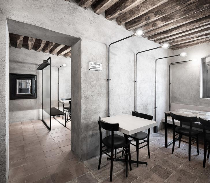 Монохромная закусочная в здании фермы XVI века (фото 10)