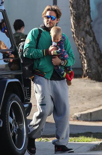 Фото дня: Брэдли Купер на прогулке с дочерью (фото 1)