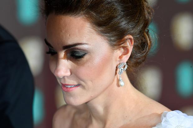 Ослепительно и аристократично: Кейт Миддлтон в белом платье с цветами на BAFTA-2019 (фото 7)