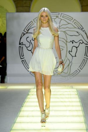 Показ Versace коллекции сезона Весна-лето 2012 года prêt-à-porter - www.elle.ru - Подиум - фото 303415