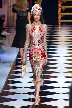 Показ Dolce & Gabbana коллекции сезона Осень-зима 2016-2017 года prêt-à-porter - www.elle.ru - Подиум - фото 605408