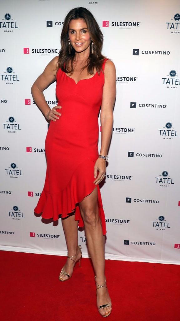 Женщина в красном: Синди Кроуфорд на вечеринке в Майами (фото 2)