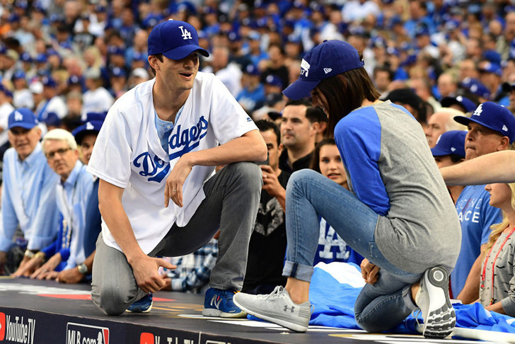 Эштон Катчер устроил Миле Кунис свидание на бейсбольном матче
