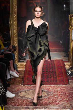 Показы мод Moschino Осень-зима 2016-2017 | Подиум на ELLE - Подиум - фото 4528