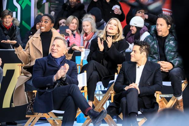 Дэниел Крэйг, Рами Малек, Леа Сейду и другие смотрят трейлер нового фильма о Бонде на Таймс-сквер (фото 1)