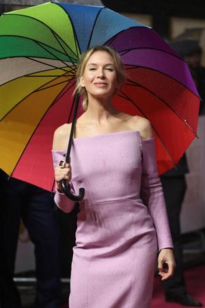 Маленькое розовое платье и белые лодочки: Рене Зеллвегер на премьере в Лондоне (фото 1.2)