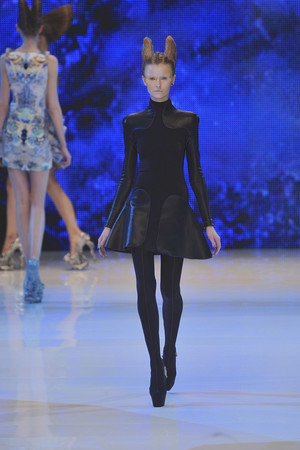 Показы мод Alexander McQueen Весна-лето 2010 | Подиум на ELLE - Подиум - фото 2918