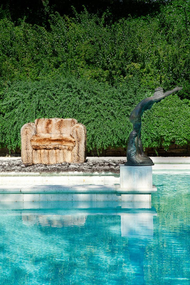 Меховое кресло и ковер у открытого бассейна. Во флорентийском доме Роберто Кавалли подобные вещи выглядят вполне естественно. Подробнее на www. elledecoration.ru