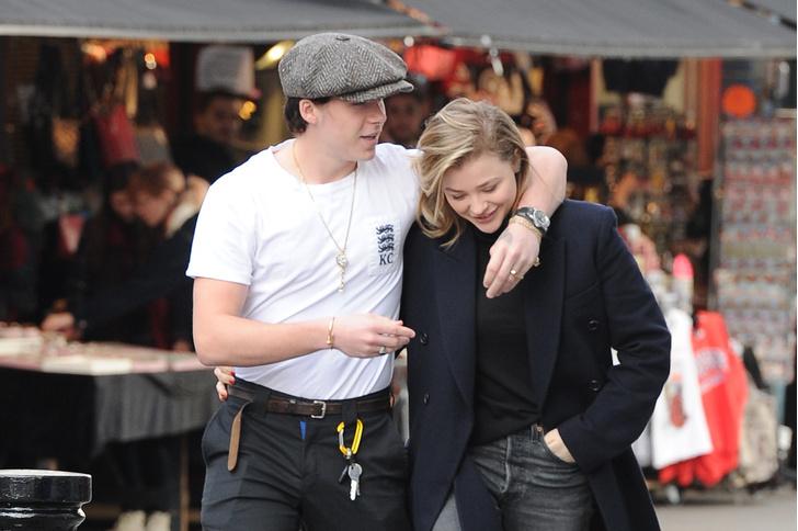 Фото дня: Хлоя Морец и Бруклин Бекхэм на прогулке в Лондоне (фото 1)
