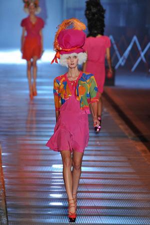 Показы мод John Galliano Весна-лето 2009 | Подиум на ELLE - Подиум - фото 3303
