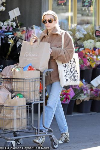 Безупречные джинсы + ботильоны со змеиными принтом: Эмма Робертс в супермаркете (фото 1.1)