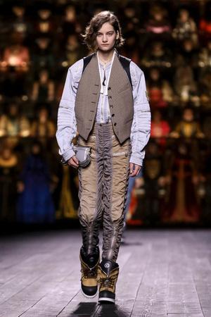 Как носить пуховик с вечерним платьем? Ответ найдете на показе Louis Vuitton (фото 13.1)