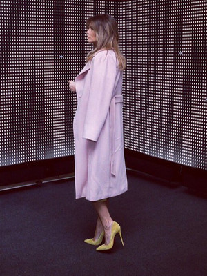 Мелания Трамп демонстрирует идеальное сочетание розового и желтого цветов (фото 2)