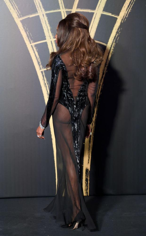 Абсолютно «голое» платье и еще три королевских наряда супермодели Наоми Кэмпбелл за один вечер (фото 3)