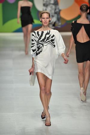 Показы мод Stella McCartney Весна-лето 2009 | Подиум на ELLE - Подиум - фото 3295