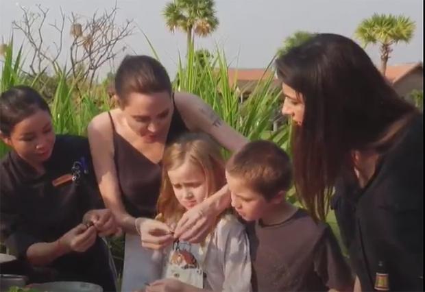 Анджелина Джоли с детьми в Камбодже