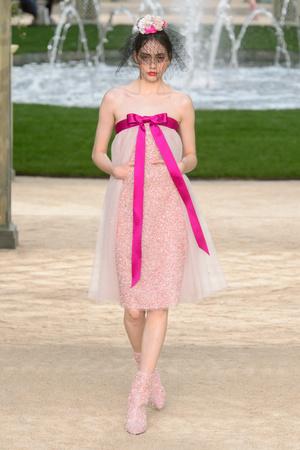 Показ Chanel коллекции сезона Весна-лето 2018 года Haute couture - www.elle.ru - Подиум - фото 673951