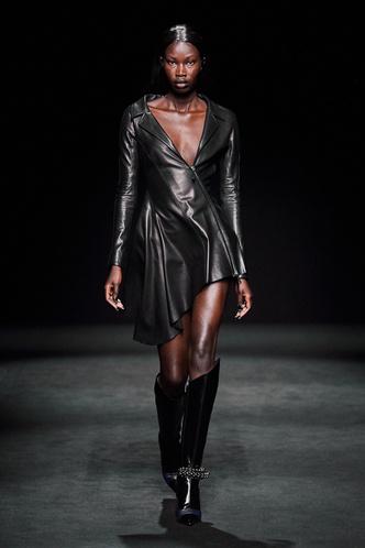 Прозрачные ткани, глубокое декольте и кожа: Mugler FW 2020 (фото 4.1)