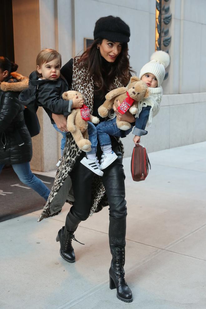 Супермама: Амаль Клуни с двумя детьми в Нью-Йорке (фото 1.2)