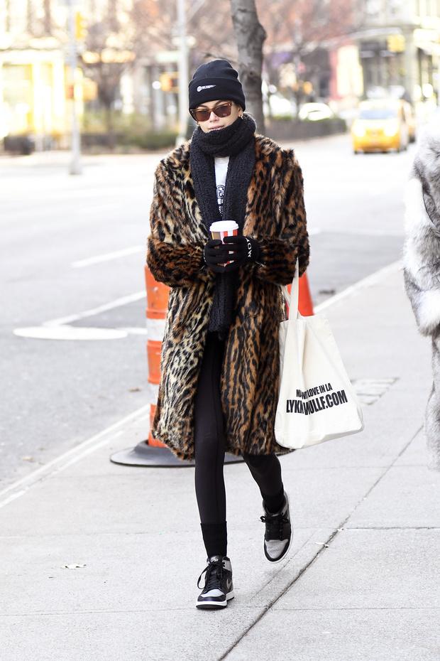Одно пальто, которое пригодится зимой, — леопардовое как у Кайи Гербер (фото 1)