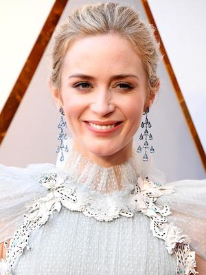 Викторианская эпоха: Эмили Блант в нежно-голубом платье на премии «Оскар-2018» (фото 1)