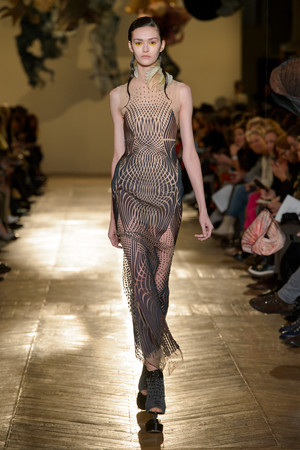 Показ Iris van Herpen коллекции сезона Весна-лето 2018 года Haute couture - www.elle.ru - Подиум - фото 672651
