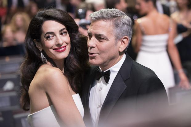 Самая внимательная пара: Джордж и Амаль Клуни сделали подарок актрисе театра (фото 3)