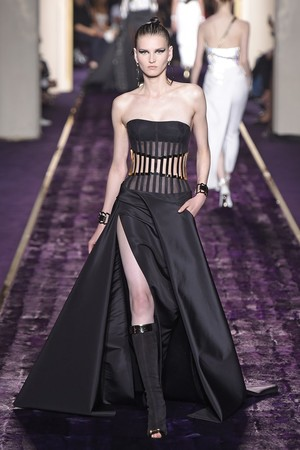 Показ Atelier Versace коллекции сезона Осень-зима 2014-2015 года Haute couture - www.elle.ru - Подиум - фото 584602