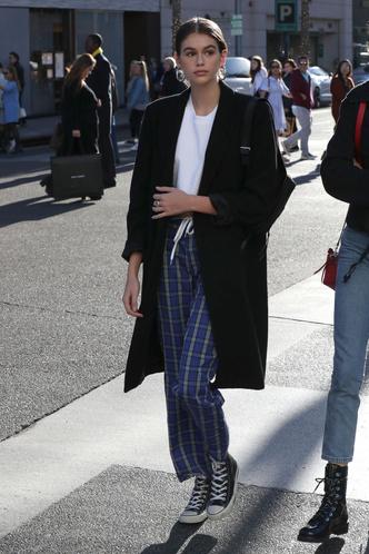 Назад в 90-е: Кайя Гербер в объемном пальто и клетчатых брюках (фото 1)