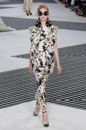 Показ Giambattista Valli коллекции сезона Осень-зима 2015-2016 года Haute couture - www.elle.ru - Подиум - фото 596980