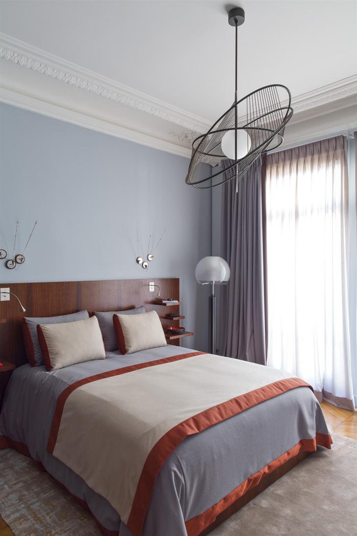 Детская. Изголовье кровати выполнено из палисандра. Шторы и покрывало, Atelier Christophe Rabillé.
