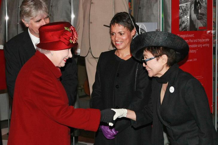 Что звезды надевали на встречу с королевой Елизаветой II? (фото 40)