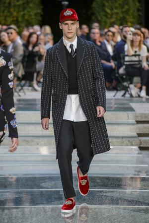 Показ Versace коллекции сезона Весна-лето 2018 года Men prêt-à-porter - www.elle.ru - Подиум - фото 622240
