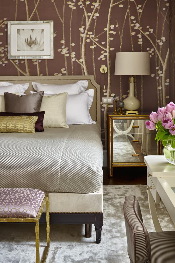 Вторая спальня. Обои с ручной росписью, Fromental. Кровать, Collection Pierre. Тумбочка, Julian Chichester. Лампа, Nicholas Haslam.