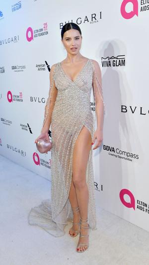 Призрачная нить: самые откровенные платья звезд на вечеринке после «Оскара» (фото 4.1)