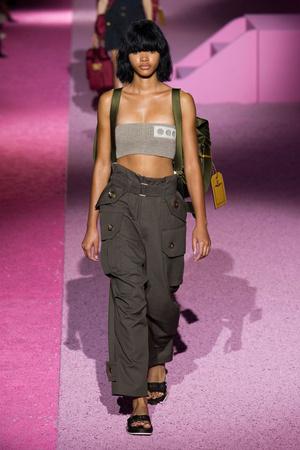 Показы мод Marc Jacobs Весна-лето 2015 | Подиум на ELLE - Подиум - фото 4099