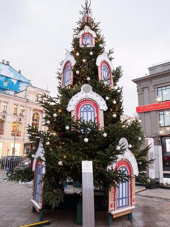 Выставка новогодних елей российских модельеров в Москве (фото 16)