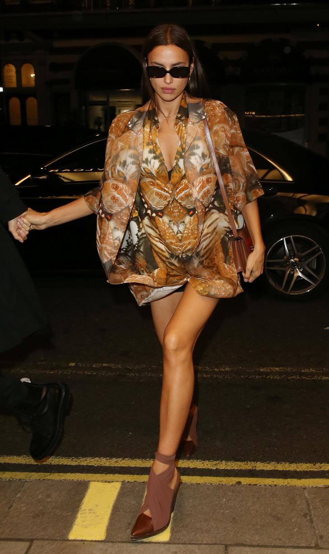 Хищница в городе: Ирина Шейк в ультракоротком платье с необычным принтом (фото 1)