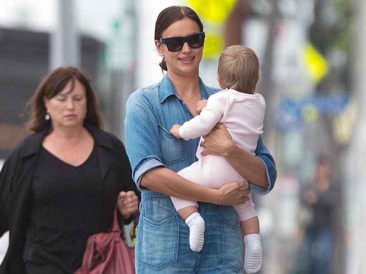 Фото дня: счастливая Ирина Шейк на прогулке с дочерью (фото 4)