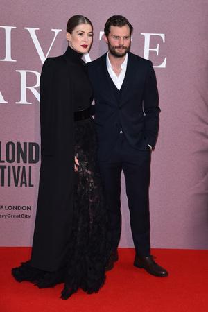 Джейми Дорнан и Розамунд Пайк на премьере в Лондоне (фото 1.1)