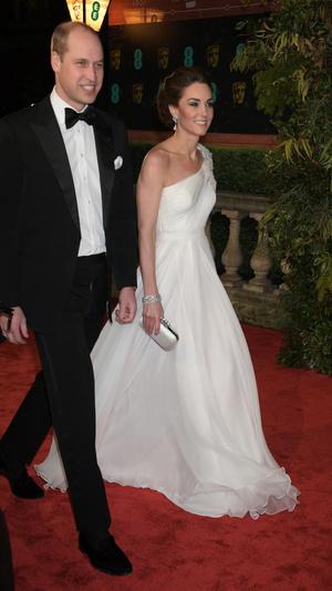 Ослепительно и аристократично: Кейт Миддлтон в белом платье с цветами на BAFTA-2019 (фото 2)