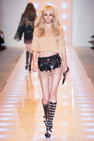 Показы мод Versace Весна-лето 2013 | Подиум на ELLE - Подиум - фото 1105