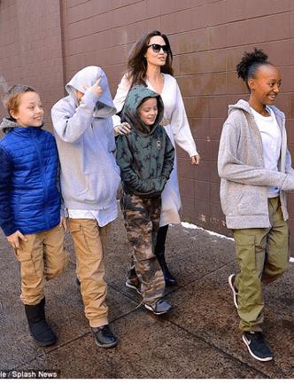 Фото дня: Анджелина Джоли с детьми в Нью-Йорке (фото 2)